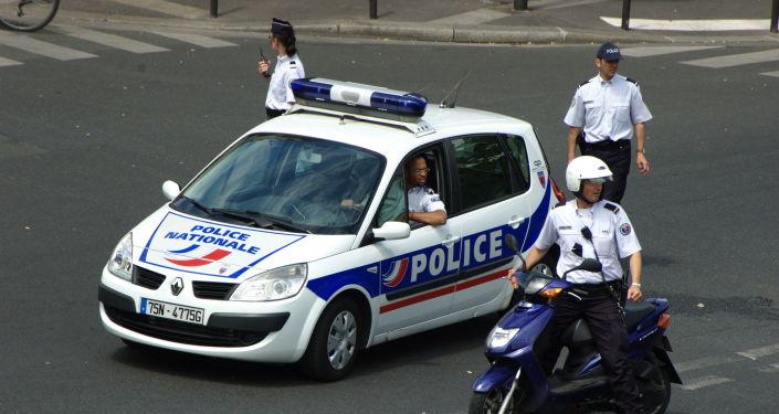 La police française nettoyant le carrefour en vue du passage d'une manifestation, juin 2008.