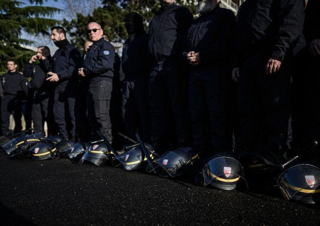CRS posent leurs casques pour s'opposer à la réforme des retraites