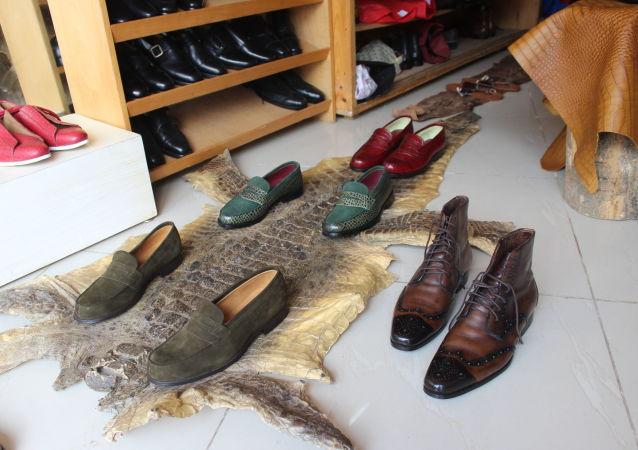 Une peau de crocodile dans l'atelier-boutique d'Engelo Boté.