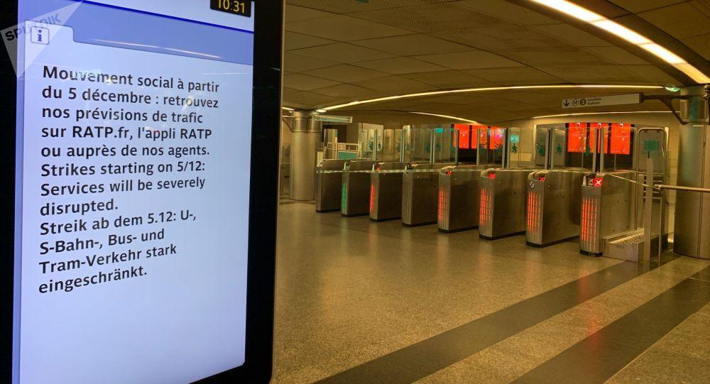 Une station de métro fermée, 5 décembre 2019