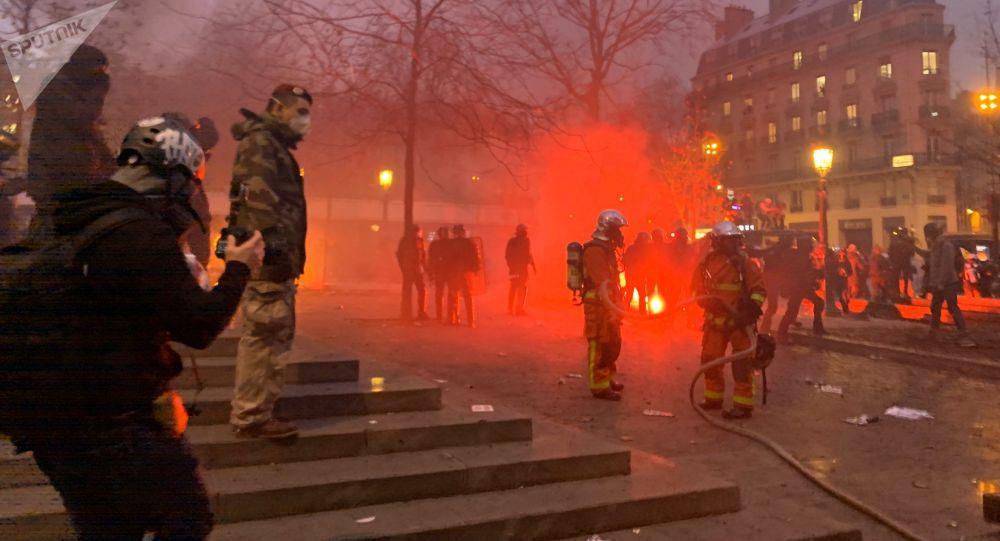 Pompiers sur la Place de la République, 5 décembre 2019