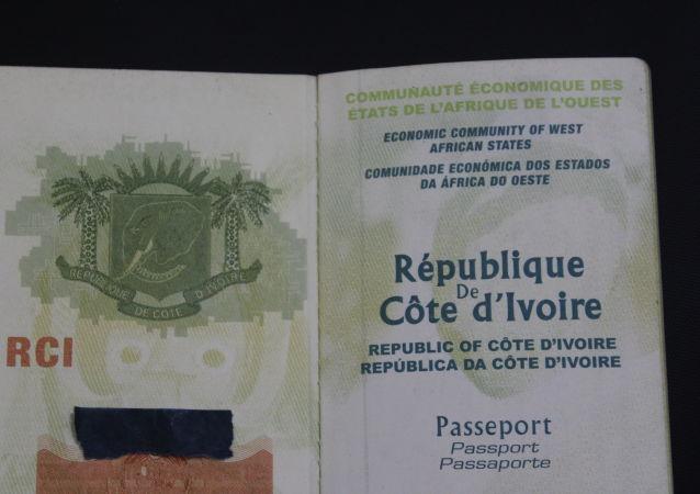 Un passeport de la République de Côte d'Ivoire.