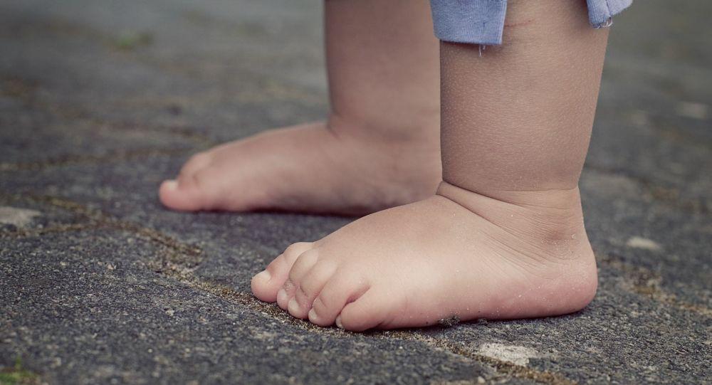 Des pieds nus d'un enfant (image d'illustration)