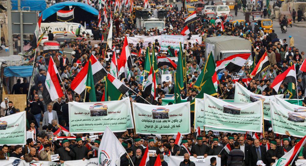 Des manifestants irakiens se rassemblent lors des actions anti-gouvernementales en cours à Bagdad, en Irak, le 6 décembre 2019