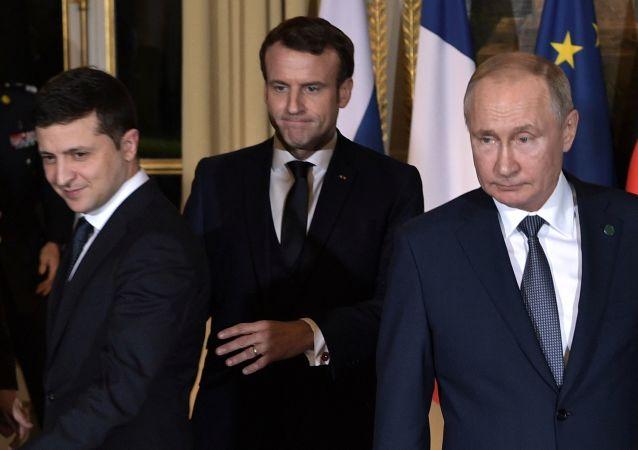 Volodymyr Zelensky, Emmanuel Macron et Vladimir Poutine au sommet Normandie à Paris