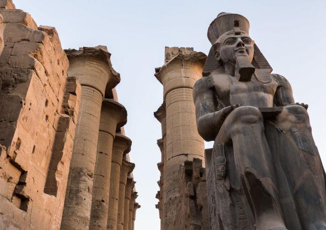 la statue de Ramsès II, image d'illustration