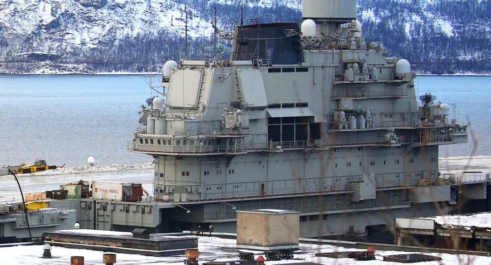 Le croiseur lourd Amiral Kouznetsov amarré à un quai du 35e chantier naval de Mourmansk