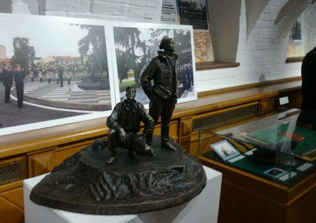 Petite réplique du monument au régiment Normandie-Niemen exposée à Moscou