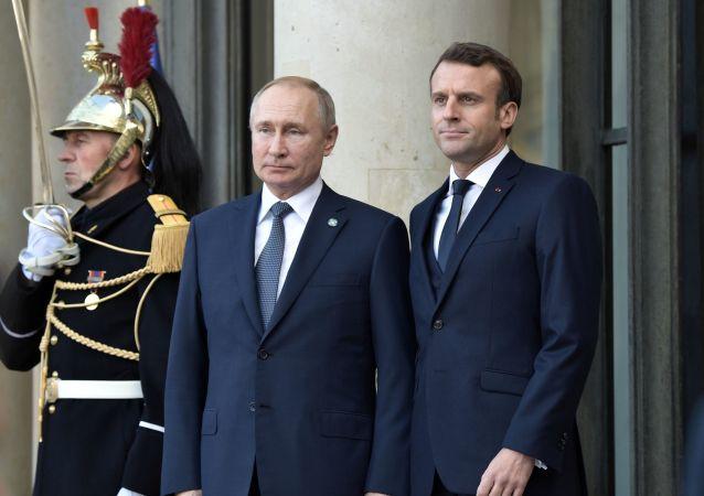 Vladimir Poutine et Emmanuel Macron avant le sommet Normandie, le 9 décembre