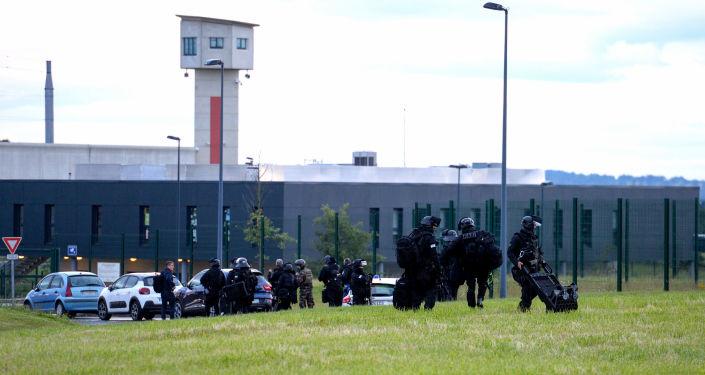 Des policiers du RAID arrivent au centre pénitentiaire d'Alençon, à Condé-sur-Sarthe.