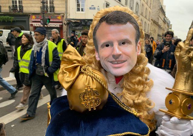 Les Gilets Jaunes rendent un royal hommage à Macron, 21 décembre 2019