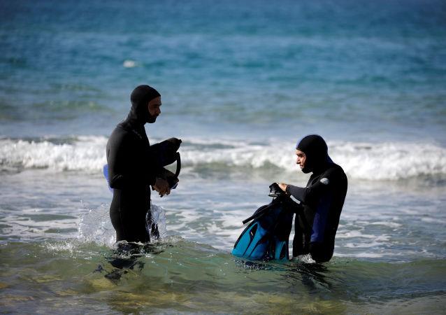 Des archéologues sous-marins sur le site archéologique de Tel Hreiz, en Israël