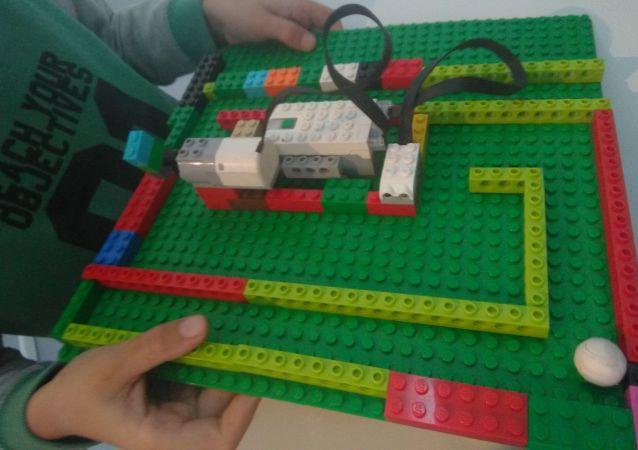 Avec Lego We do, les enfants retrouvent la magie des Lego et s'en servent pour construire, inventer et surtout programmer leurs propres robots.