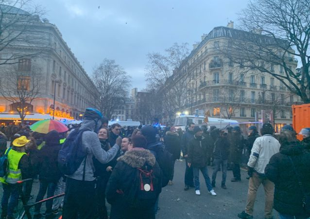 Des opposants à la réforme des retraites, rejoints par les Gilets jaunes, continuent de manifester dans les rues de Paris (image d'illustration)