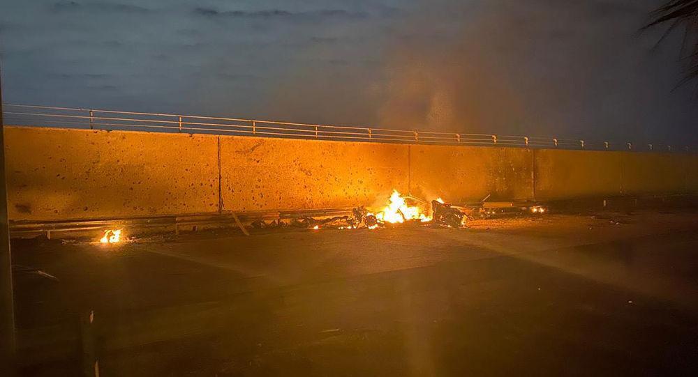 Un véhicule en flammes à l'aéroport de Bagdad après la frappe américaine du 3 janvier 2020