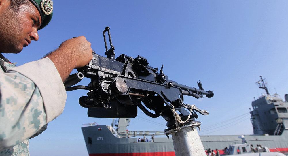 L'Iran attaque la maquette d'un porte-avions US lors d'exercices en mer - vidéo