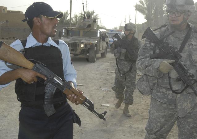 Des soldats irakiens et américains lors d'une patrouille conjointe en Irak (archive photo)