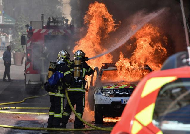 Une voiture de police incendiée à Montpellier lors d'une manifestation des Gilets jaunes le 7 septembre