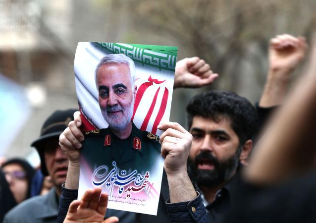 Des manifestants iraniens brandissent un portrait de Qassem Soleimani