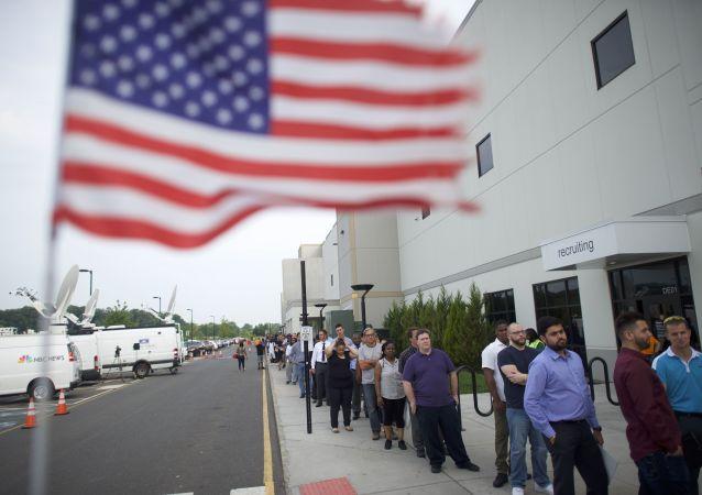 Des personnes en recherche d'emploi font la queue pour la Job Fair d'Amazon.