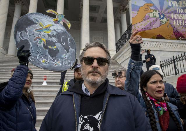 Joaquin Phoenix participe à une manifestation sur les marches du Capitole