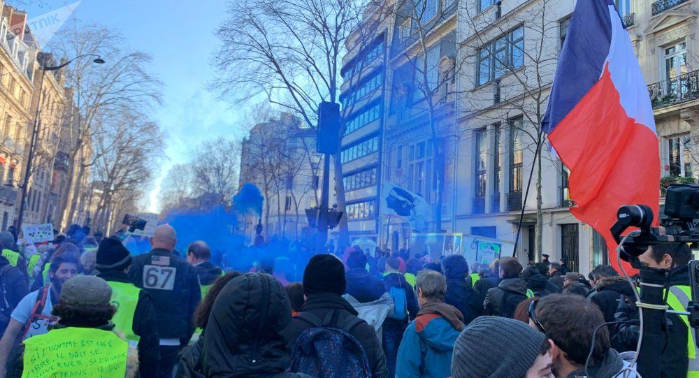 L'acte 62 des Gilets jaunes se poursuit dans la soirée à Paris