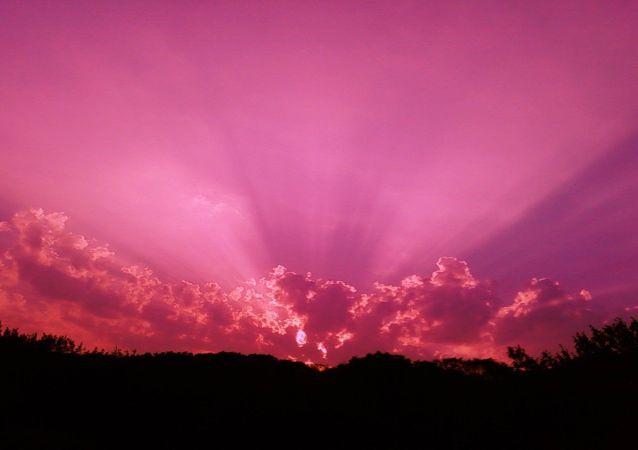 ciel violet (image d'illustration)
