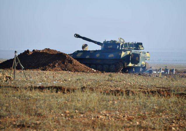 Des matériels de guerre au bord d'une route dans le gouvernorat d'Idlib