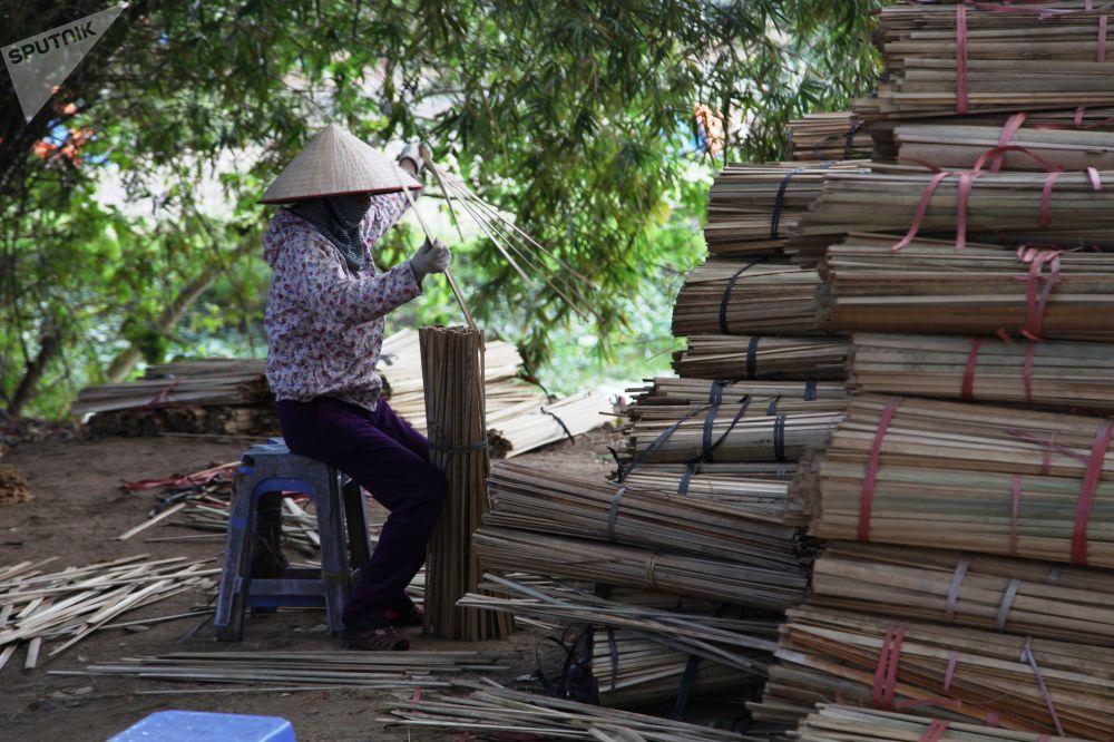 Le village de Quang Phu Cau est situé à  près de 35 kilomètres du centre de Hanoï.