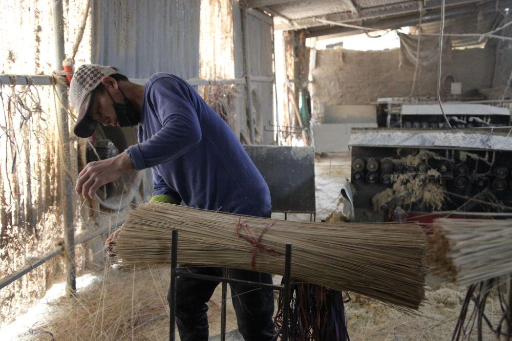 Les baguettes faites à partir des tiges sont transportées dans un autre atelier où elles sont découpées.