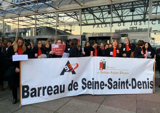 Action des avocats sur le parvis de tribunal de Bobigny contre la réforme des retraites