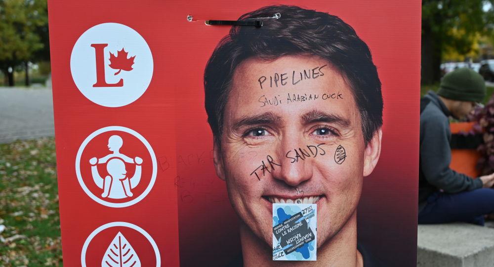 Une affiche de campagne du Premier ministre Justin Trudeau tagguée.
