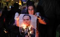 Une manifestante brûle un portrait du Premier ministre libanais Hassan Diab à Beyrouth le 22 janvier 2020.