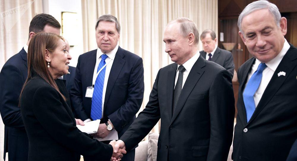 Vladimir Poutine rencontre la mère de Naama Issachar lors de sa visite de travail en Israël