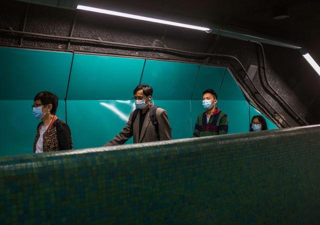 Des personnes portant des masques pour se protéger du coronavirus.