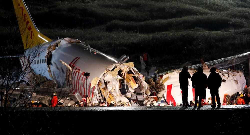 Vidéo de l'atterrissage brutal qui a provoqué la dislocation d'un Boeing à Istanbul