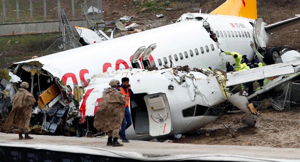 «Le vol a été anormal du début à la fin»: un rescapé du Boeing brisé en trois à Istanbul témoigne