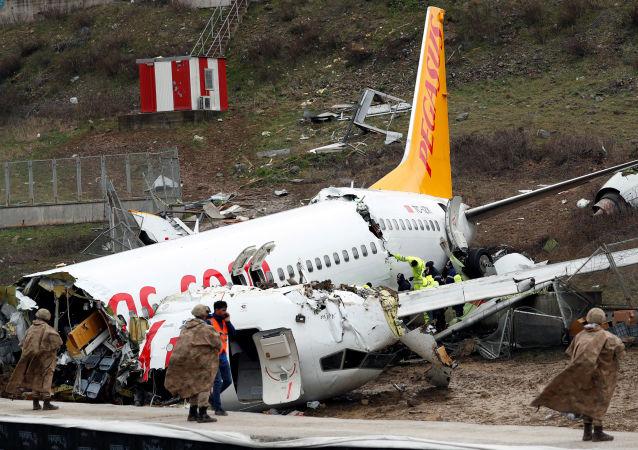 un avion de ligne qui s'est brisé en trois après être sorti de piste à l'atterrissage à Istanbul