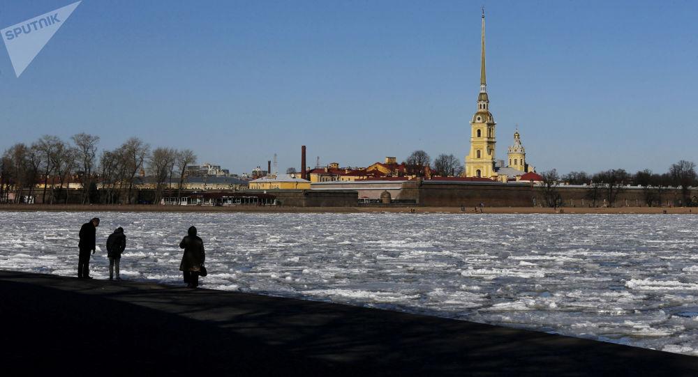 La débâcle des glaces sur la Neva à Saint-Pétersbourg