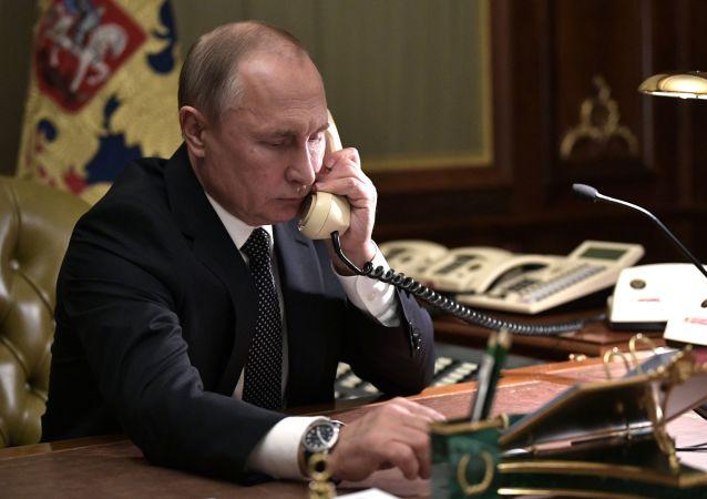 Vladimir Poutine parle au téléphone, le 15 décembre 2018