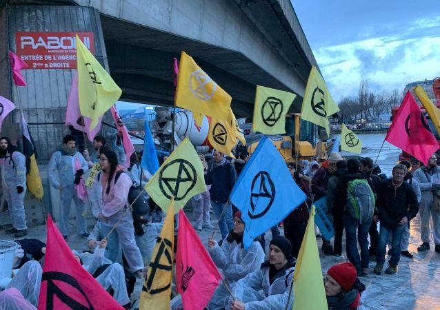 Des militants d'Extinction Rebellion tentent de bloquer le siège de Lafarge à Paris 17 fevrier 2020