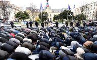 Prière collective à Clichy, près de Paris