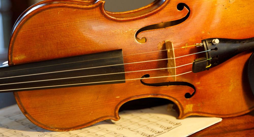Elle joue du violon pendant son opération au cerveau — Londres
