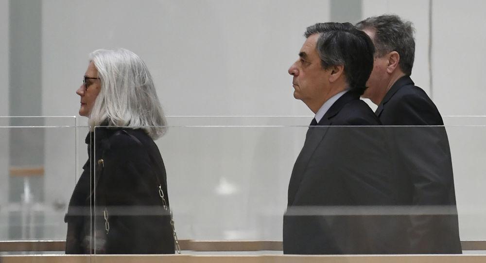 Le procès Fillon reporté à mercredi — Grève des avocats
