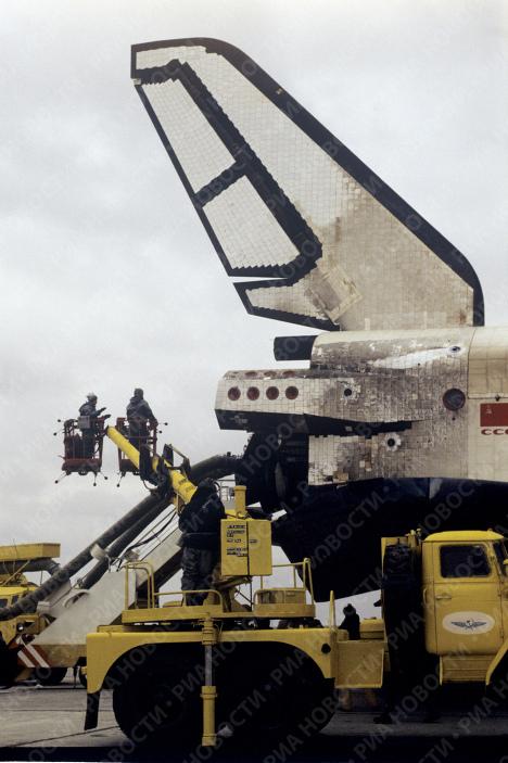 Орбитальный космический корабль Буран после приземления