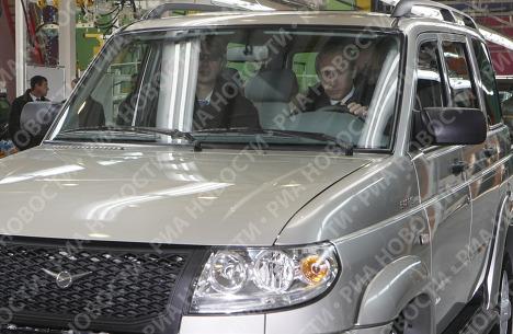 Poutine teste la jeep promise à Berlusconi