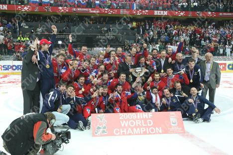 Сборная России по хоккею празднует победу над сборной Канады в финале чемпионата мира-2009