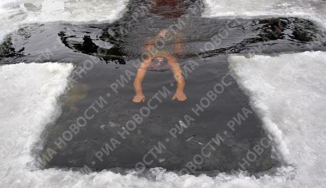 Théophanie: 40.000 croyants piquent une tête dans l'eau glacée à Moscou