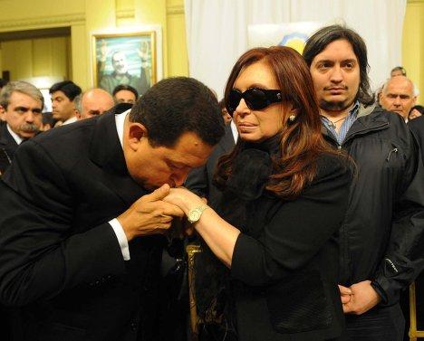 Президент Венесуэлы Уго Чавес выражает соболезнования Кристине Фернандес де Киршнер во время церемонии прощания