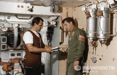Летчики-космонавты СССР Валерий Поляков и Александр Серебров